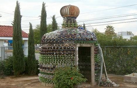 Если Вы хотите сделать необычную и эксклюзивную беседку, для ее строительства можно использовать бутылки. Такая беседка обойдется достаточно дешево.