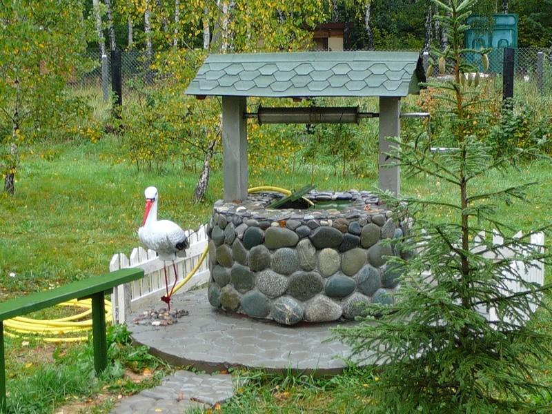 Колодец декорированный камнем.