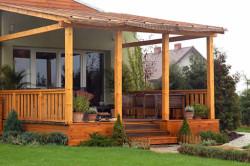 Отличным материалом для строительства террасы является дерево. Только перед строительством брусья и доски необходимо смазать специальным раствором от грибка и гниения.